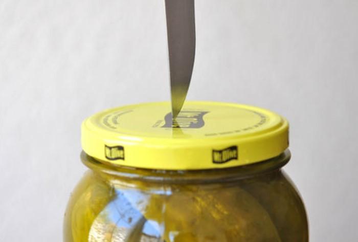 Не рекомендуем открывать банку ножом, поскольку это довольно рискованный способ / Фото: wikihow.com