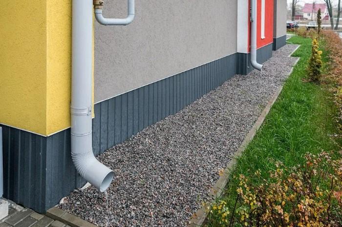Мягкая отмостка - это дорожка вокруг здания, которая защищает фундамент от застоев воды