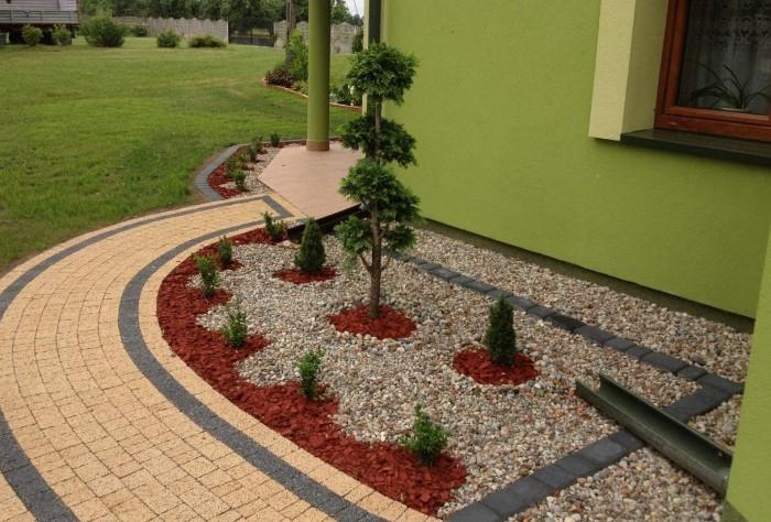 Мягкую отмостку не нужно заливать бетоном, использовать плитку или армированный пояс / Фото: arhzavod.ru