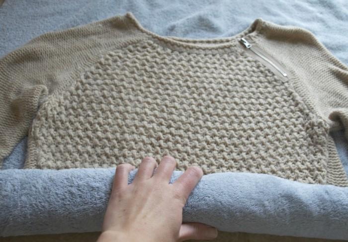 Отжимайте шерстяные вещи только завернув их в полотенце / Фото: platform-club.ru