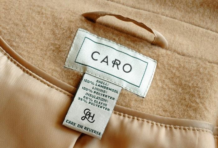 Соблюдайте рекомендации по уходу за пальто, указанные на ярлычке / Фото: images.squarespace-cdn.com