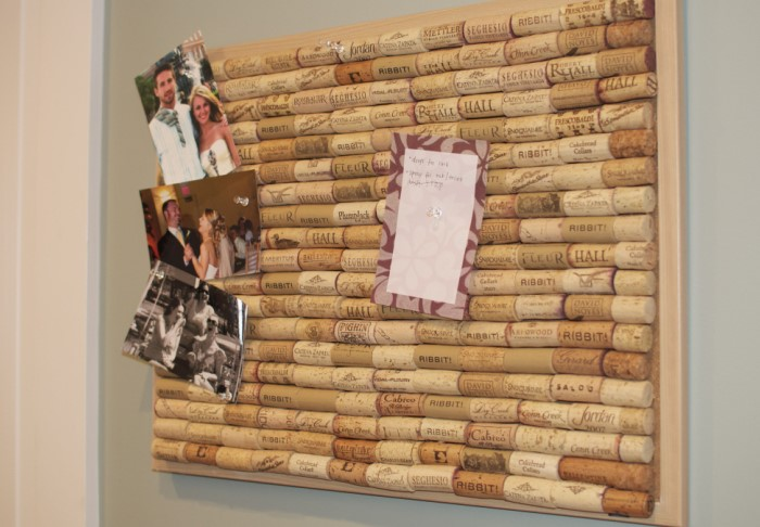 Возьмите основу, оклейте ее пробками и воткните пару канцелярских иголочек, чтобы закреплять бумагу / Фото: pinterest.ru