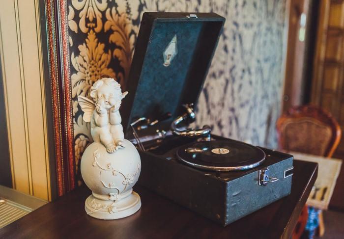Патефон выглядит гармонично в любой обстановке, а к тому же на нем можно проигрывать пластинки / Фото: cs6.livemaster.ru