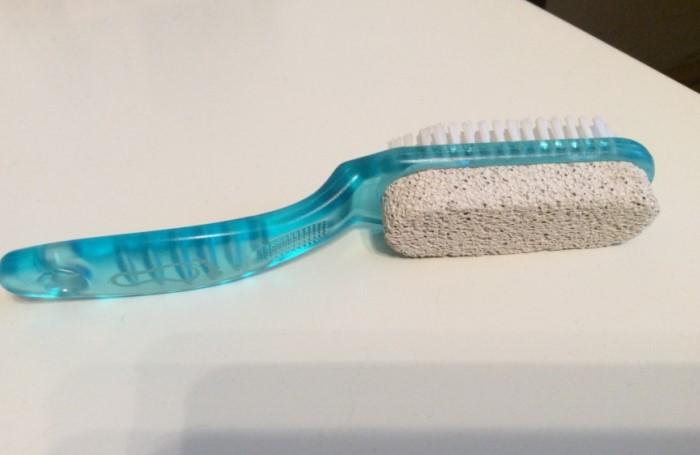 В особо запущенных случаях поможет пемза, которой можно механически отчистить герметик / Фото: cloudstatic.eva.ru