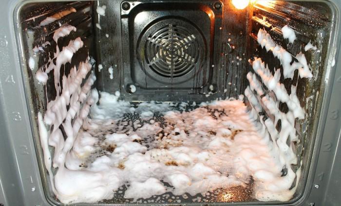 Если мыть духовку с пеной, бытовая химия с антижировым эффектом не понадобится  / Фото: pic.rutube.ru