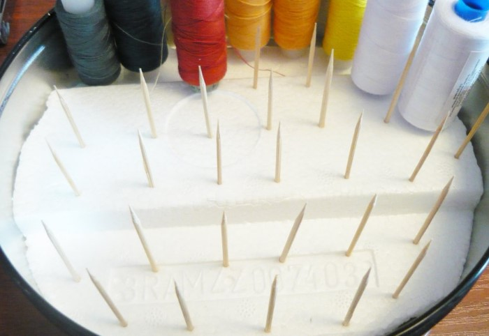 Подобным образом также можно хранить швейные принадлежности и канцелярию / Фото: sdelaysam-svoimirukami.ru