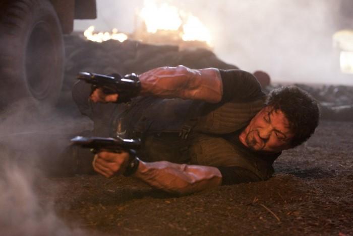 Либо герой получает сотни пуль, но по-прежнему мужественно хватается за жизнь, либо мгновенно умирает от первого же огнестрельного ранения / Фото: d2t8nixuow17vt.cloudfront.net