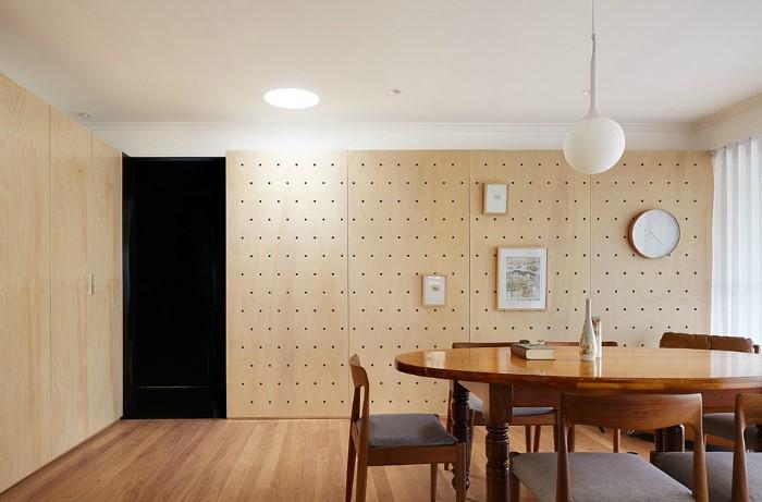 Сделайте в комнате акцентную стену из перфорации / Фото: moidom.boltai.com