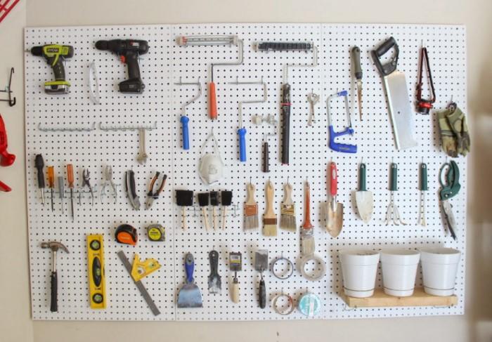 Сделайте на доске крепления для рабочих инструментов и забудьте о беспорядке в мастерской / Фото: 1.bp.blogspot.com