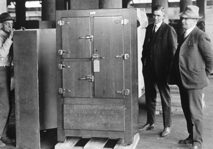 Первые холодильники были громоздкими и работали на токсичных веществах / Фото: blog.comfy.ua