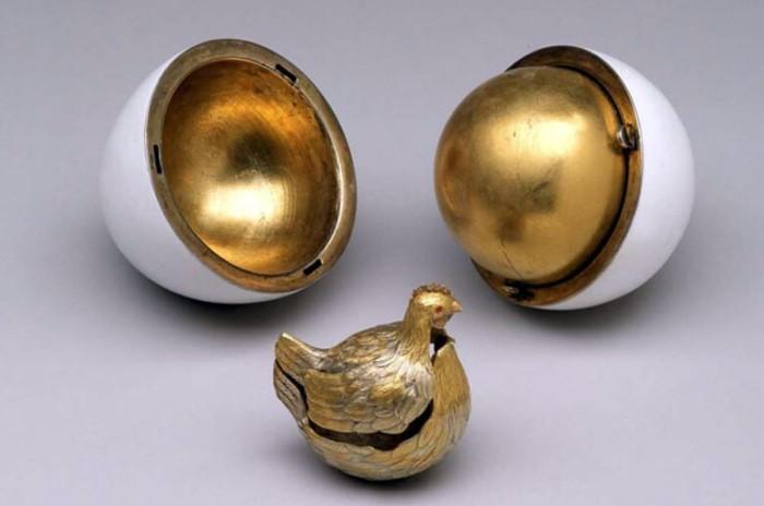 Яйцо было покрыто белой эмалью, а в «желтке» пряталась маленькая золотая корона и цепочка с рубином / Фото: drug-gorod.ru