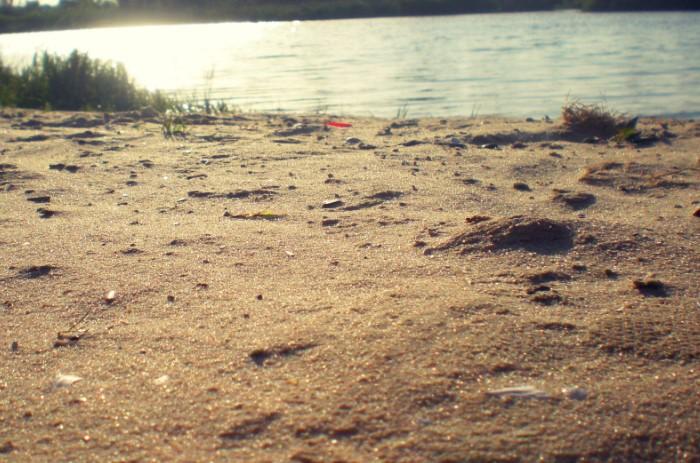 Если отдыхаете неподалеку от речки и рядом есть песок, воспользуйтесь его абсорбирующими свойствами  / Фото: look.com.ua