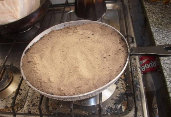 Лайфхак с песком подойдет не только для чугунных, но и для алюминиевых сковород / Фото: remontu.com.ua