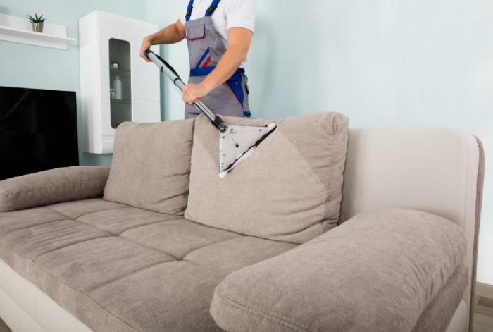 Перед очищением пятен обязательно пропылесосьте диван или хорошо выбейте пыль / Фото: e-w-e.ru