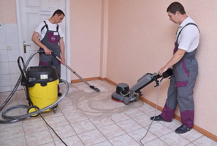 После завершения работ пропылесосьте пол, чтобы избавиться от большинства мусора / Фото: voicednepropetrovsk.ru