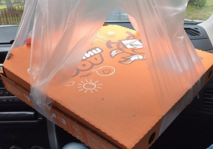В некоторых службах доставки даже есть специальные пакеты с прорезями / Фото: sun9-27.userapi.com