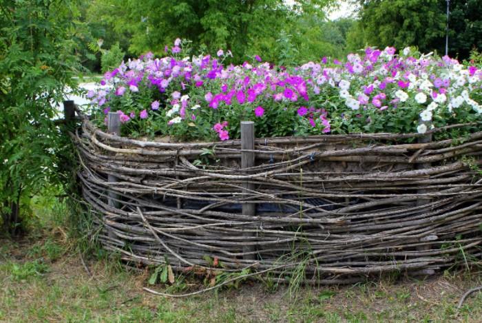 Еще одна идея - сделать клумбу при помощи кругового плетения / Фото: womanadvice.ru
