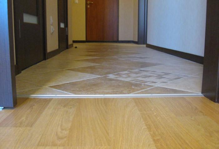 В случае, когда стык находится под межкомнатной дверью, порожек обязателен / Фото: postroyka-dom.com