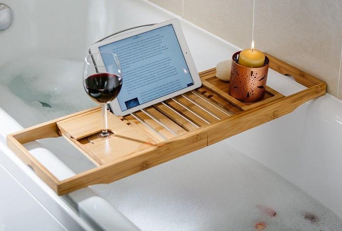 На бамбуковый поднос в ванной можно поставить все, что угодно / Фото: alcostop24.ru