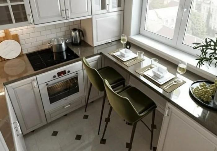 В маленькой кухне пространство под окном можно даже переориентировать в стол для приема пищи или работы / Фото: i.pinimg.com