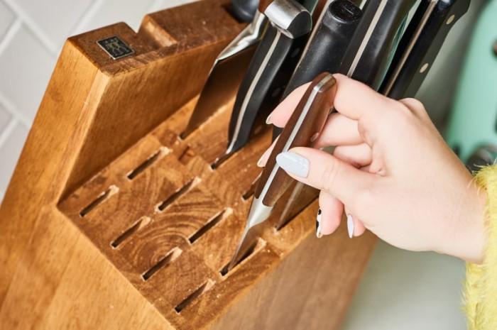 Если не мыть подставку для ножей, в ней образуется плесень / Фото: furnishhome.ru