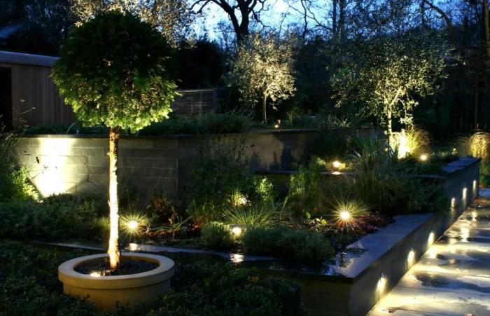 Фонарики помогут превратить ночной сад в сказку