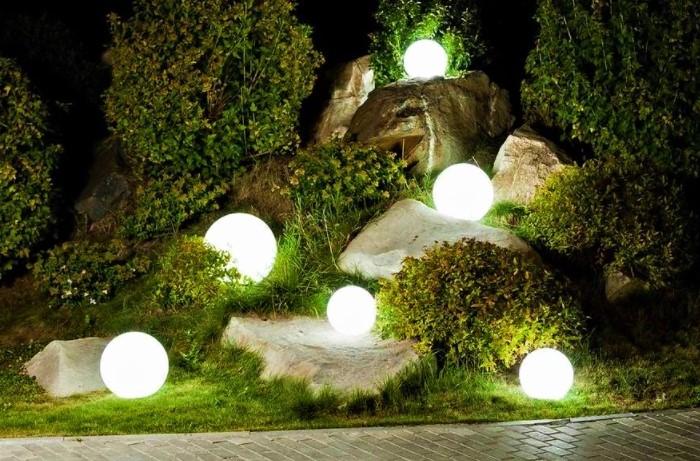 Подсветка в виде больших кругов привлекает внимание, подчеркивает соседние растения / Фото: royalforest.com.ua