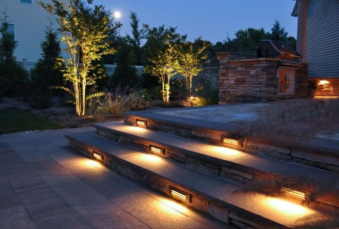 Можно сделать ступеньки с подсветкой, украсить крыльцо или подчеркнуть растения, посаженные у входа / Фото: outdoorlightinglakeland.com