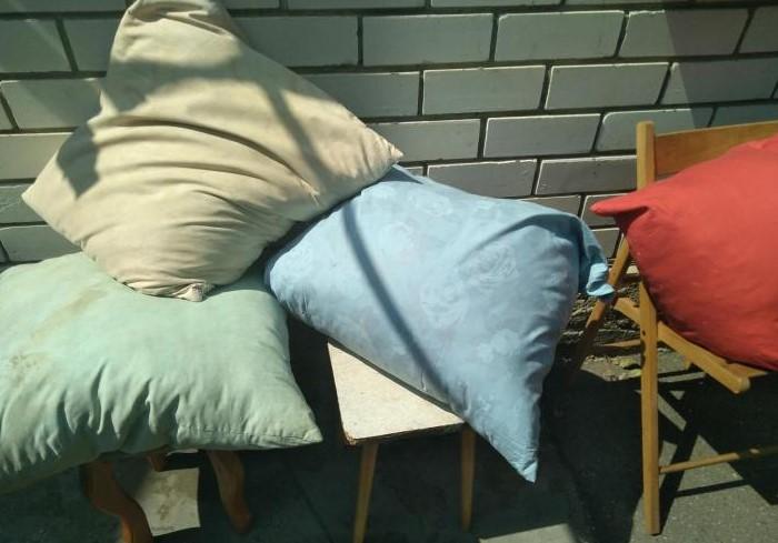Не торопитесь отправлять старые подушки на помойку