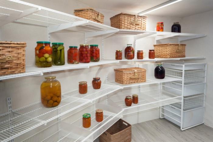 Мини-подвал для продуктов можно обустроить прямо на кухне, выделив пространство 2х2,5 метра / Фото: pbs.twimg.com