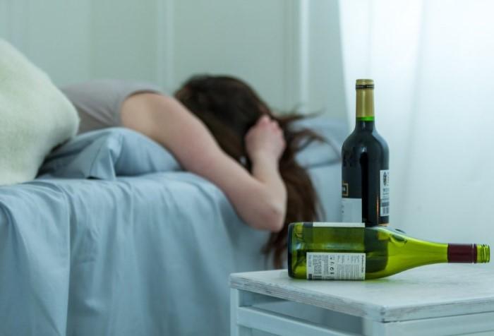 Алкоголь выводится из организма от пары часов до суток / Фото: mzdorovya.ru