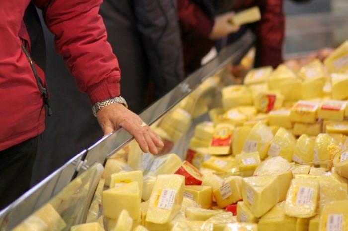Лучше купить немного настоящего сыра, чем много сырного продукта / Фото: cs8.pikabu.ru