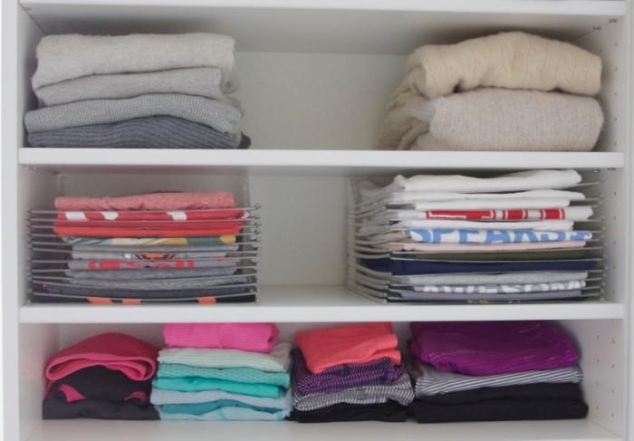 Выделите в шкафу отдельную полку для ношенных вещей / Фото: simplyorganized.me