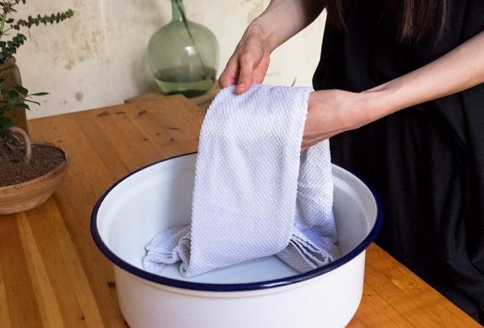 Развесьте хлопчатобумажные полотенца, смоченные в уксусном растворе, по дому / Фото: remontkit.ru
