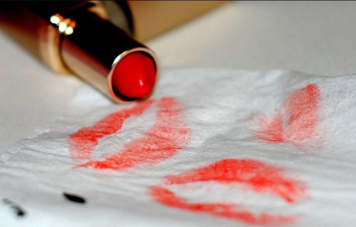 Красная помада может подчеркнуть образ, а может испортить одежду