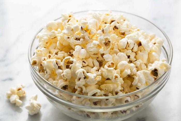 Домашний попкорн можно приготовить с любым вкусом / Фото: i1.ytimg.com