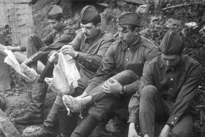 В СССР хлопковые портянки надевали под кирзовые сапоги / Фото: cdn.fishki.net