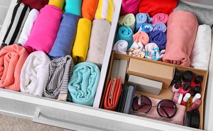 Благодаря вертикальному принципу хранения легко вынуть необходимую вещь и не нарушить порядок в шкафу / Фото: couponing101.com