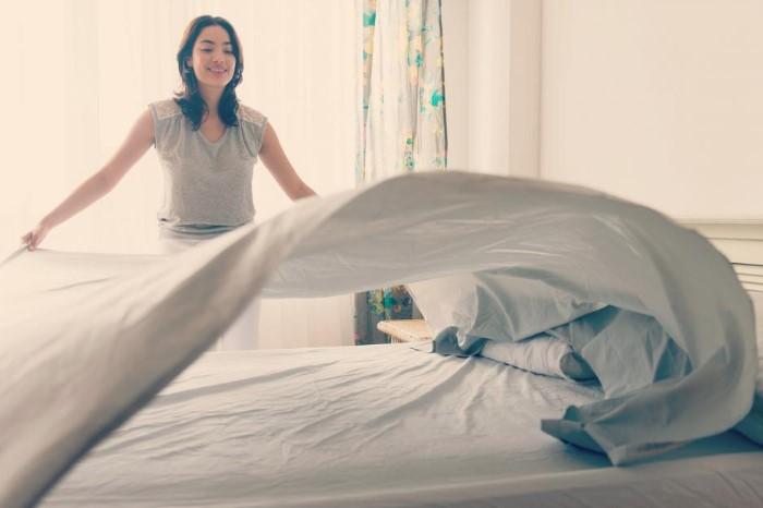 Регулярно заменяйте постельное белье на свежее / Фото: nastroy.net