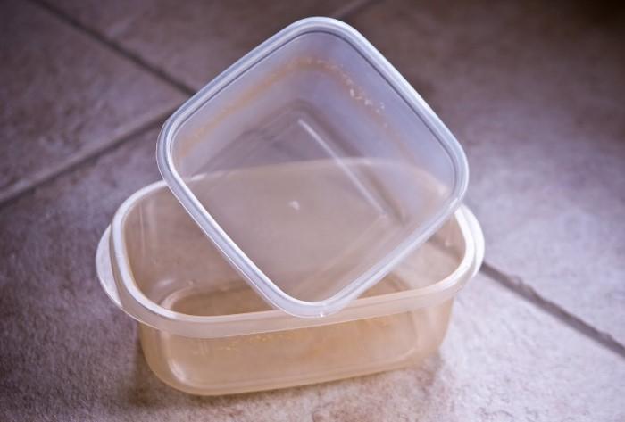 Хозяйственное мыло поможет удалить желтизну, а сода устранит неприятный запах / Фото: dvo.com
