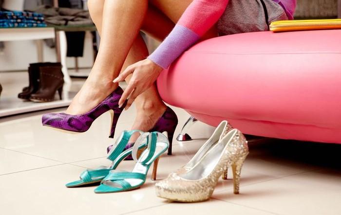 Не покупайте обувь без примерки и проверяйте, не скрипит ли обновка / Фото: mir-obuvi.org