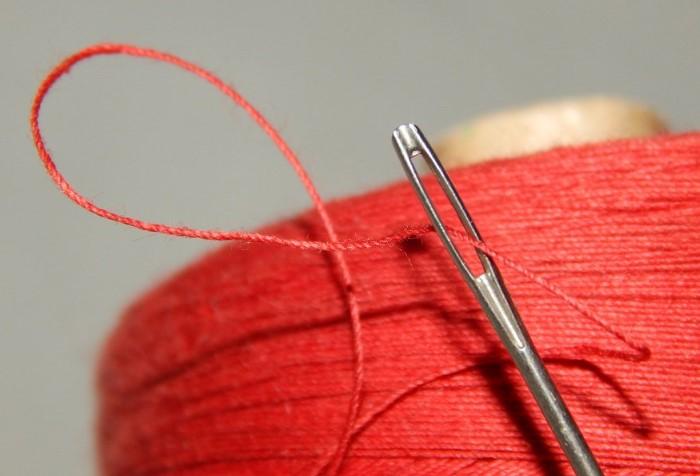 Смочите край нитки, и он быстро проскользнет в ушко / Фото: pbs.twimg.com