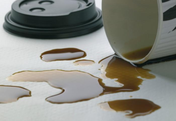 Кофейные пятна легко оттереть мыльным или уксусным раствором / Фото: eventsupplies.co.uk