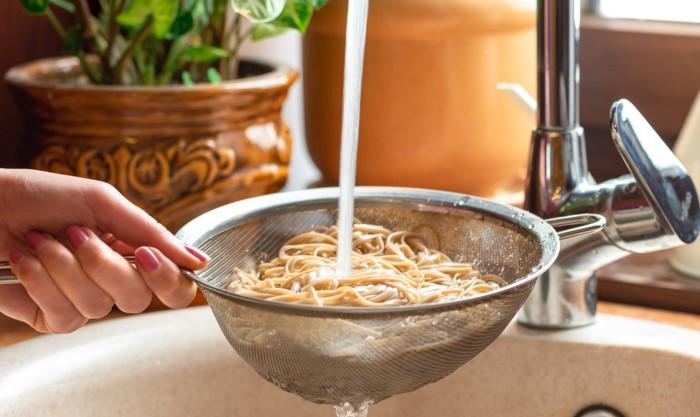 Если готовите пасту ни в коем случае не промывайте макароны, иначе соус будет плохо «держаться» / Фото: foodandmood.com.ua