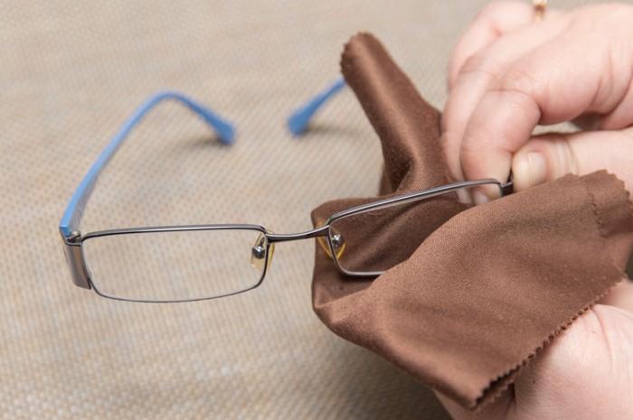 Бумажное полотенце может поцарапать очки и объективы / Фото: mysonnik.com