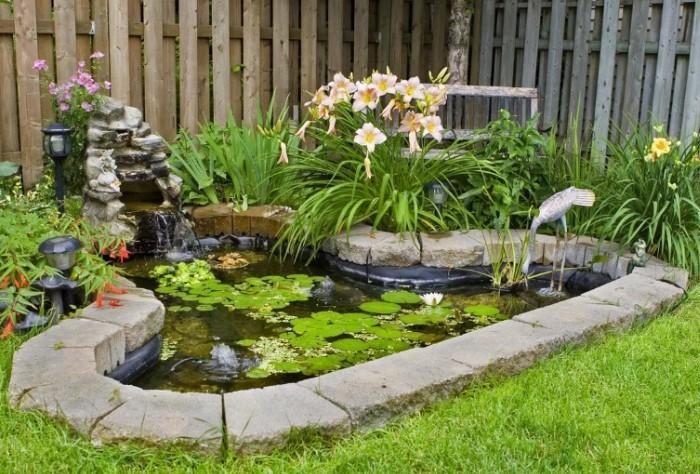 При желании можно установить в центре водоема фонтан, обустроить водопад или соорудить небольшой мостик / Фото: picsy.ru