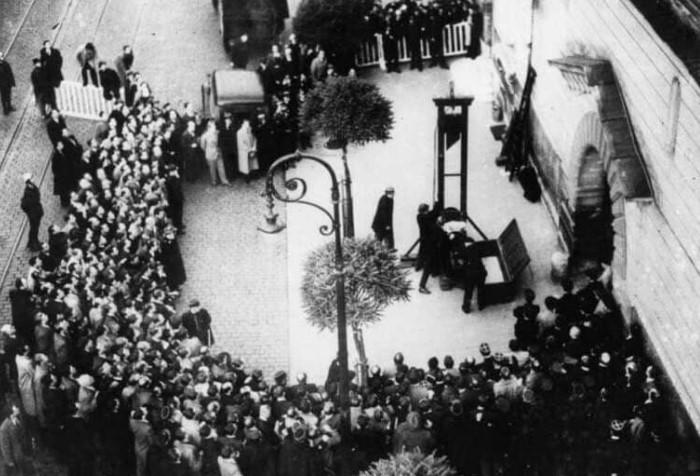 В 1939 году во Франции состоялась последняя публичная казнь через гильотину / Фото: vseznaesh.ru