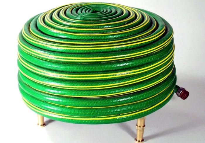 Вместо стула и обычного мягкого пуфика сделайте мебель из шланга / Фото: homius.ru