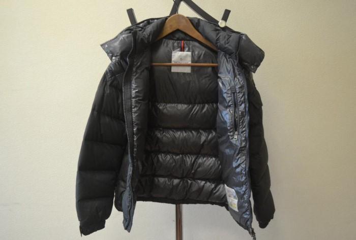 Сушить куртку нужно в вертикальном положении, повесив изделие на плечики / Фото: severdv.ru