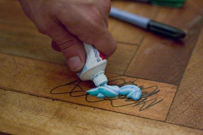 Зубная паста или изопропиловый спирт справятся с поставленной задачей / Фото: freeseller.ru